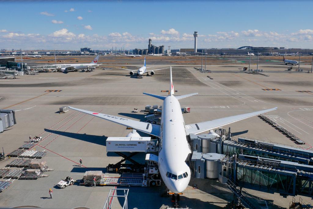 東京モノレールに乗って羽田空港の展望デッキで飛行機撮影